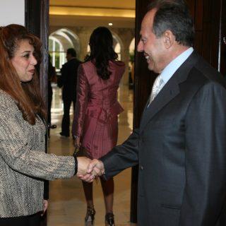 السيد اميل لحود رئيس جمهورية لبنان يصافح السيدة حنان نصر