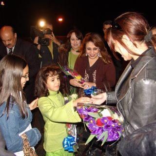 حنان نصر وفتيات العالم العربي مع محافظ بنى غازي والاطفال اث5