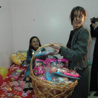 فتيات العالم العربي والسيدة حنان نصر يقدمن الهدايا لاطفال ب4