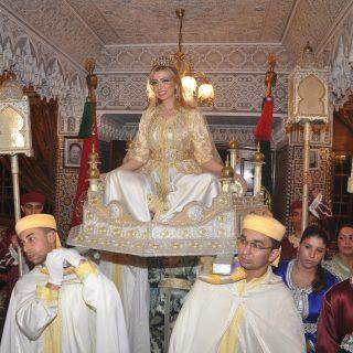 نادين فوق العماريه وفرقة المغربيه التقليديه في بداية الحفل