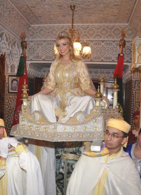 نادين فوق العماريه وفرقة المغربيه التقليديه في بداية الحفل-min